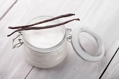 L'ente naturale della vaniglia, del karitè, del cacao e della noce di cocco imburra DIY fotografie stock libere da diritti
