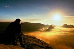 L'enthousiaste heureux de photo apprécie le miracle fantastique de la nature sur la falaise sur la roche Soufflet rêveur de paysa photographie stock