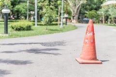 L'entonnoir orange sur la commande de panneau routier fasse attention Image libre de droits