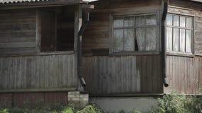 L'entrée à la vieille maison en bois clips vidéos