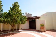 L'entrée à la villa et à l'amphore avec des fleurs à l'hôtel de luxe Photos libres de droits