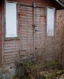 L'entrée à une maison de campagne abandonnée photographie stock