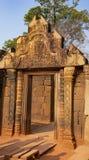 L'entr?e au complexe de temple de Banteay SREI La citadelle des femmes cambodia photographie stock libre de droits