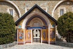 L'entrée au monastère saint de Kykkos en montagnes de Troodos, Chypre Image libre de droits