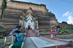 L'entrée au sanctuaire intérieur Pagoda de Pahtodawgyi ou de Mingun Région de Sagaing myanmar Photos stock