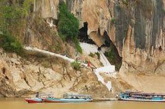 L'entrée au Tham teintent la caverne avec plus de 4000 chiffres de Bouddha dans Luang Prabang, Laos Photo stock