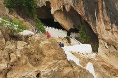 L'entrée au Tham teintent la caverne avec plus de 4000 chiffres de Bouddha dans Luang Prabang, Laos Photographie stock libre de droits