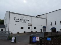 L'entrée de la distillerie de whiskey de Talisker image libre de droits