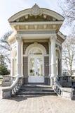 L'entrée du dôme ou du Gloriette de thé avec un escalier en pierre avec la décoration néoclassique photographie stock