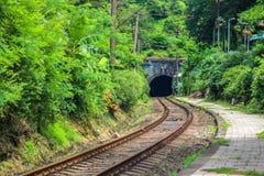 L'entrée du tunnel de chemin de fer à la chaîne de montagne de la Géorgie photos stock