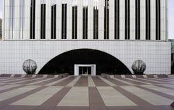 L'entrée principale du gratte-ciel de tour de Picasso, parmi les bâtiments les plus grands du principal 10 à Madrid, l'Espagne image stock