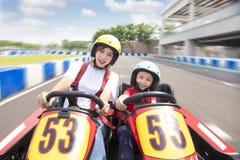 L'entraînement de mère et de fille vont kart sur la voie image libre de droits