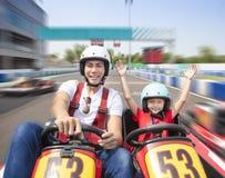 L'entraînement de père et de fille vont kart photographie stock libre de droits