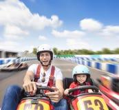 L'entraînement de père et de fille vont kart sur la voie photo libre de droits