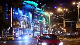 L'entraînement de voitures sur les rues de nuit de la nuit de Moscou s'allume banque de vidéos