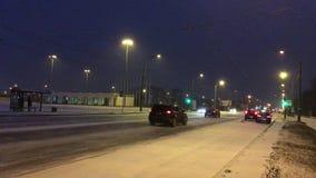 L'entraînement sur la neige glissante a couvert la route en ville clips vidéos