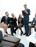 L'entraîneur d'affaires communiquent avec l'équipe d'affaires Photo stock