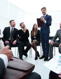 L'entraîneur d'affaires communiquent avec l'équipe d'affaires Photographie stock libre de droits