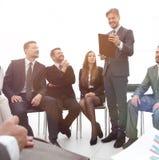 L'entraîneur d'affaires communiquent avec l'équipe d'affaires Photo libre de droits