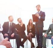 L'entraîneur d'affaires communiquent avec l'équipe d'affaires Image stock