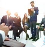 L'entraîneur d'affaires communiquent avec l'équipe d'affaires Images stock