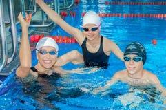 L'entraîneur de natation montre des exercices pour des enfants Images libres de droits