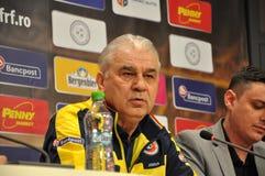 L'entraîneur et les joueurs de l'équipe de football nationale de la Roumanie Photographie stock libre de droits