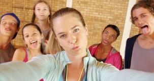 L'entraîneur féminin et le lycée badine prendre un selfie banque de vidéos