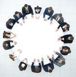 L'entraîneur mène la session avec l'équipe d'affaires s'asseyant à une table ronde Photos libres de droits