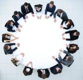L'entraîneur mène la session avec l'équipe d'affaires s'asseyant à une table ronde Image libre de droits