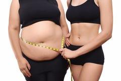 L'entraîneur mesure la femme de poids excessif Image stock