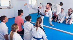 L'entraîneur montre des techniques traditionnelles dans le karaté Image libre de droits