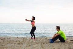 L'entraîneur personnel conduit la formation pour des filles en plein air Images libres de droits