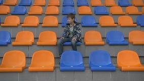 L'entraîneur que le garçon jure l'équipe parce qu'elle a manqué un but, équipe perd, renversement de garçon de fan banque de vidéos
