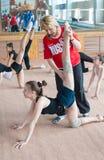 L'entraîneur russe donne des leçons particulières à des gymnastes de filles Images stock