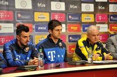 L'entraîneur et les joueurs de l'équipe de football nationale de la Roumanie Photo libre de droits
