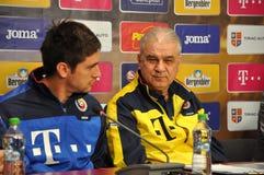 L'entraîneur et les joueurs de l'équipe de football nationale de la Roumanie Photographie stock