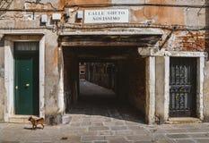 L'entrata ad un vicolo antico nel ghetto ebreo tradizionale di Venezia ha individuato nel distretto di Cannaregio Calle Immagine Stock Libera da Diritti
