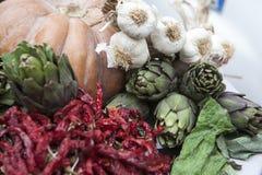 L'entrata al ristorante è decorata con una zucca con i carciofi, l'aglio ed i peperoni secchi Fotografia Stock