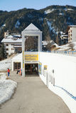 L'entrata alla stazione del parkplatz della ferrovia del villaggio di Serfaus Immagine Stock