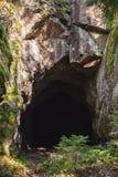 L'entrata a buio frana la roccia, verticale fotografia stock libera da diritti