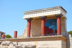L'entrata del nord del palazzo di Cnosso con l'affresco del toro su un'isola di Creta, Grecia fotografia stock