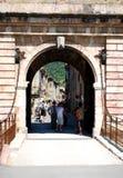 L'entrata del ponte mobile alla città murata graziosa di Villfranche de Conflent nel sud della Francia Questa città medievale dat Fotografie Stock Libere da Diritti