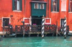L'entrata della barca a Venezia, Italia ha decorato con i fiori immagini stock