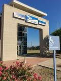 L'entrata esteriore del deposito di USPS con parcheggio di handicap firma dentro il Ir fotografia stock libera da diritti