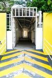 L'entrata gialla da camminare modo gradisce il tunnel immagine stock libera da diritti