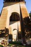 L'entrata sotto il ponte del portone dell'inferno con ombra dell'albero Immagini Stock Libere da Diritti