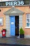 L'entrata stretta al ristorante del pilastro 36 in Donaghadee immagine stock