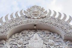 L'entrata tailandese bianca dell'ornamento in tempio, Tailandia Immagini Stock Libere da Diritti