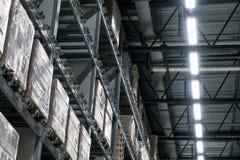 L'entrepôt complètement des marchandises, des boîtes et des étagères dans l'ordre photos libres de droits